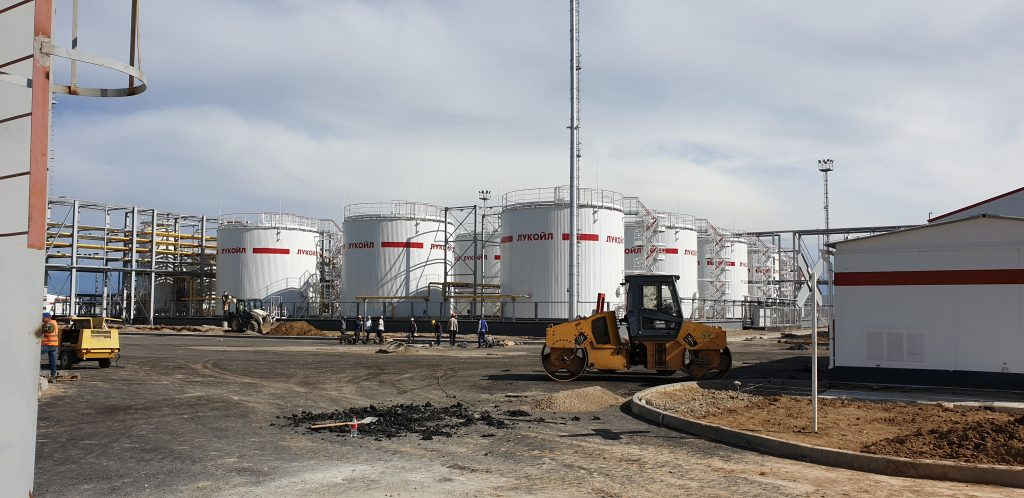 Ёмкости завода Лукойл в Казахстане
